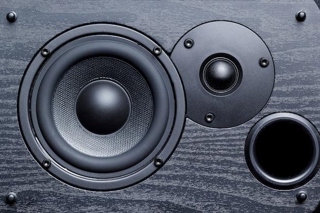 Czarny głośnik z głośnikami basowymi i wysokotonowymi