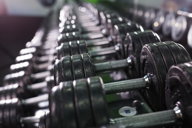 Czarny hantle w sportowym centrum fitness. koncepcja sprzętu do treningu siłowego.