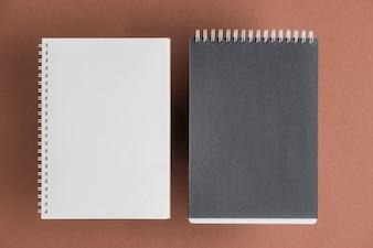 Czarny i biały ślimakowaty notatnik na barwionym tle
