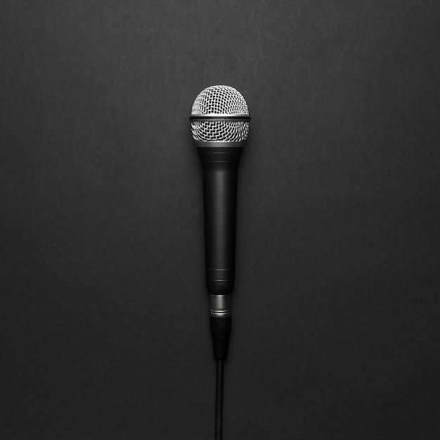 Czarny i srebrny mikrofon na czarnym tle