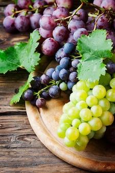 Czarny i żółty winogrono na drewnianym stole