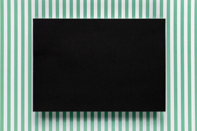 Czarny karton z pasiastym tłem