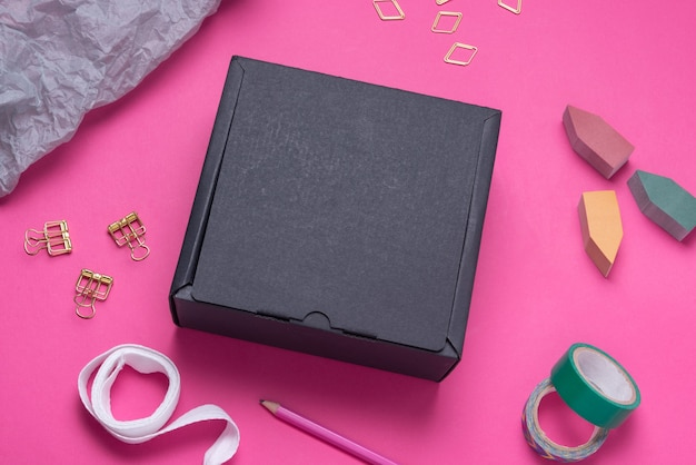 Czarny kartonik na kolorowym biurku
