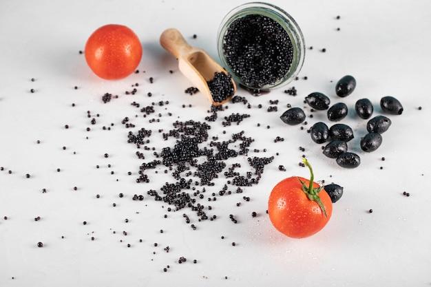 Czarny kawior z czarnymi oliwkami i pomidorami