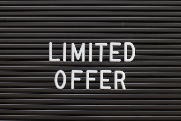 Czarny kolor czuł list deska z białym alfabetem w słowie ograniczona oferta tło