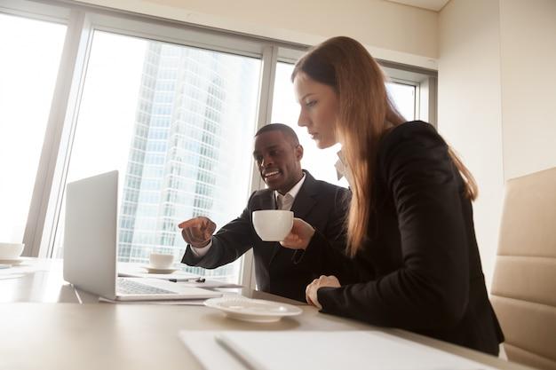 Czarny konsultant finansowy wyjaśniający szczegóły transakcji