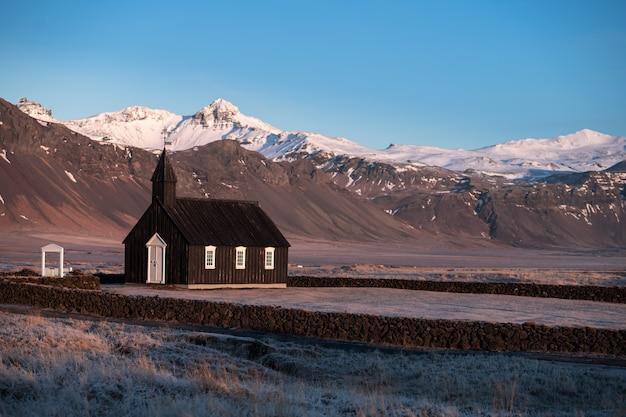 Czarny kościół w budirze na islandii