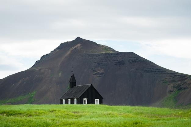 Czarny kościół we wsi budir