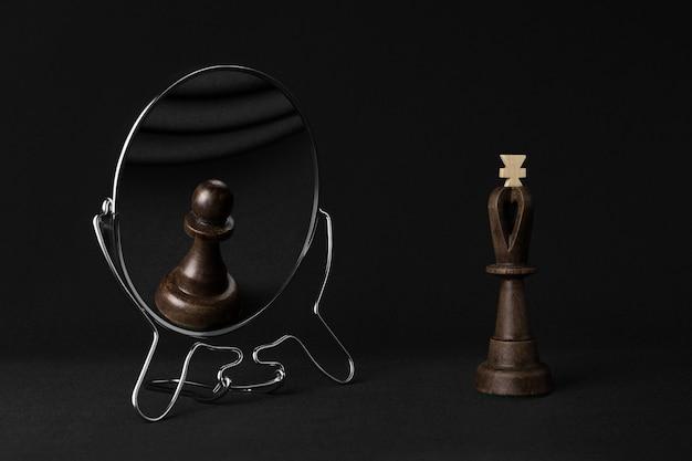 Czarny król widzi w lustrze czarnego pionka