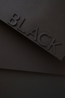 Czarny ładny napis z papieru na czarnym tle