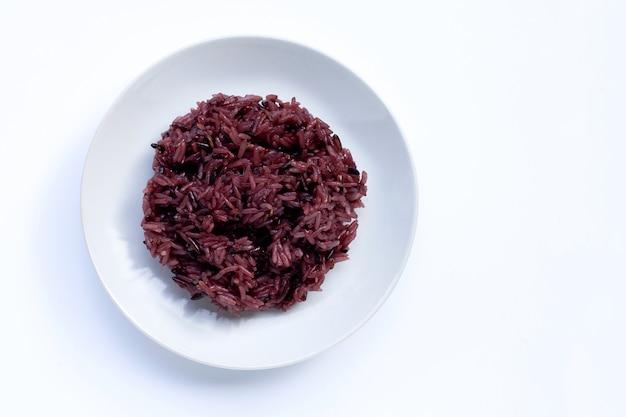 Czarny lepki ryż na białym ceramicznym naczyniu