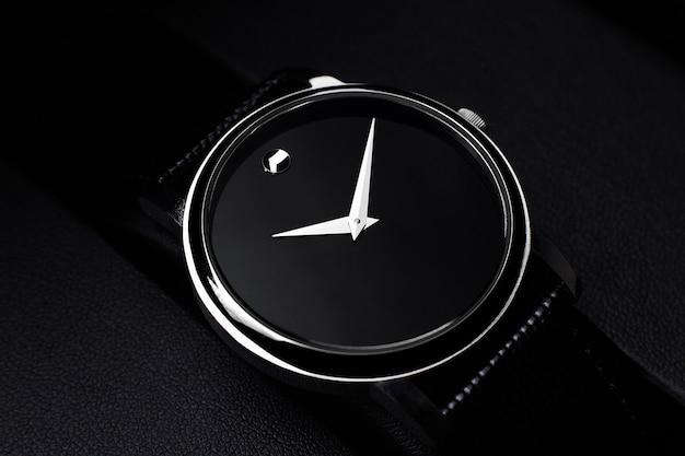 Czarny luksusowy zegarek na czarnym tle