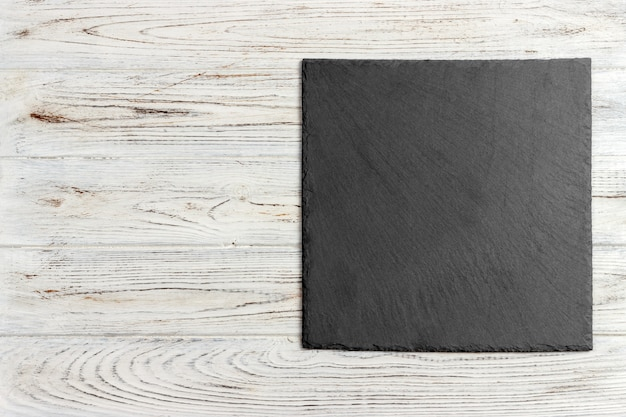 Czarny łupkowy kamień na drewnianym