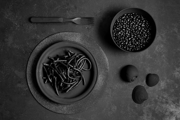 Czarny makaron krewetkowy z małżami i nasionami