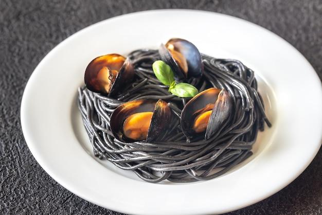 Czarny makaron z małżami