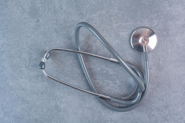 Czarny metalowy stetoskop na marmurowej powierzchni