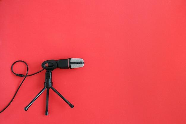 Czarny mikrofon na czerwonym tle