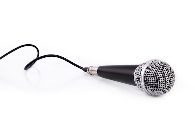 Czarny mikrofon odizolowywający na białym tle
