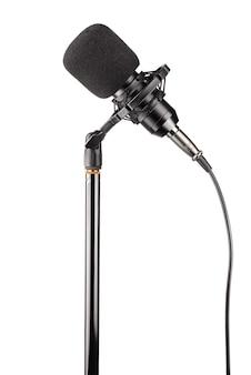 Czarny mikrofon pojemnościowy studyjny na białym tle