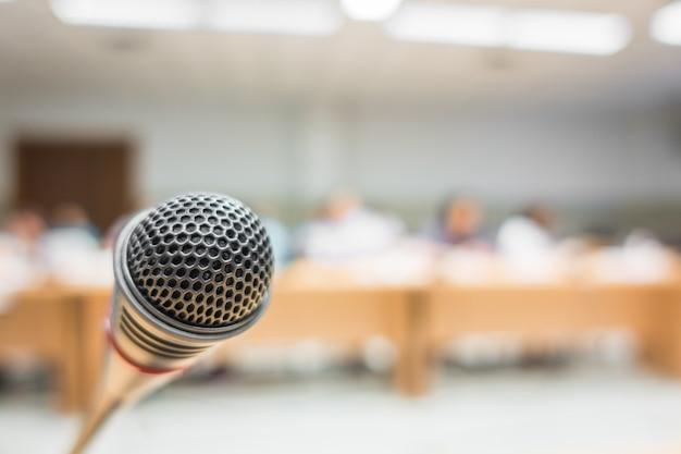 Czarny mikrofonu w sali konferencyjnej (filtrowany obraz przetwarzany v
