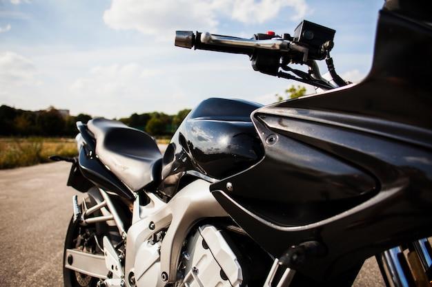 Czarny motocykl na drodze