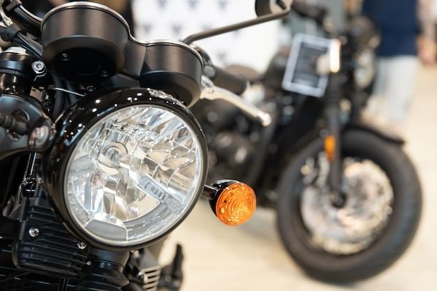 Czarny motocykl w salonie gotowy do szybkiej jazdy autostradą