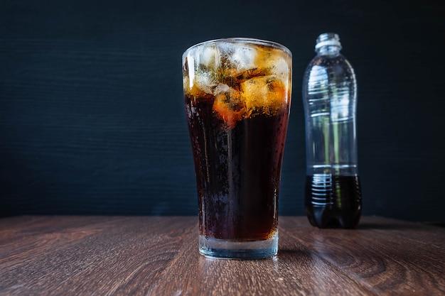Czarny napój bezalkoholowy orzeźwiający na stole
