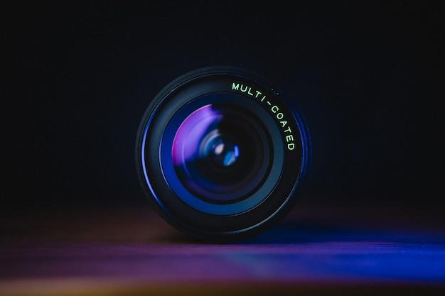 Czarny obiektyw aparatu na niebieskiej powierzchni
