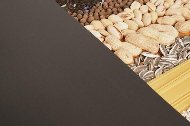 Czarny papier i jedzenie, makieta składników i miejsce na tekst kopia miejsca widok z góry