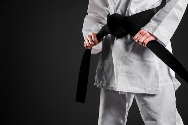 Czarny pas karate myśliwiec kopia przestrzeń