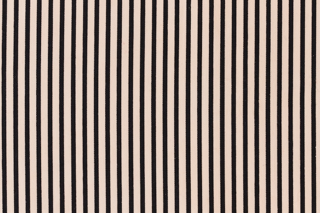 Czarny pasiasty wzór na kremowym tle