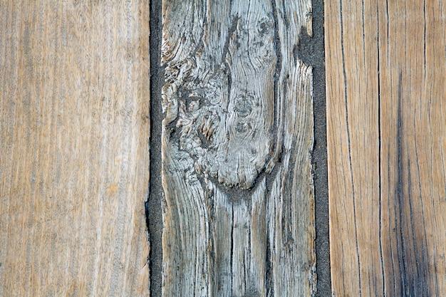 Czarny piasek plażowy i drewniana podłoga