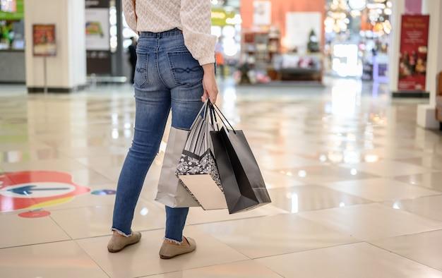 Czarny piątek i drugi dzień świąt. kobieta samotnie kupuje nowe ubrania i odpoczywa na wakacjach
