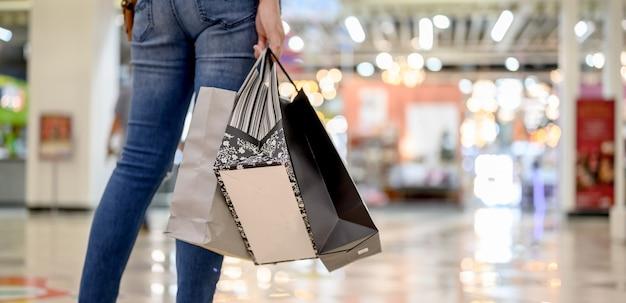 Czarny piątek i drugi dzień świąt. zakupy prezent i prezent