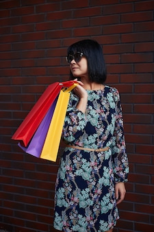 Czarny piątek. kobieta trzyma w ręku papierowe torby. centrum handlowe.