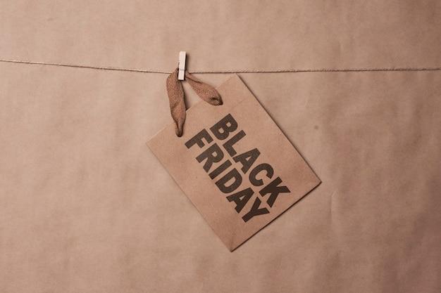 Czarny piątek koncepcja rzemieślniczych toreb na zakupy na linie