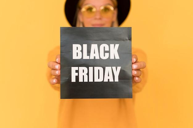 Czarny piątek koncepcja sprzedaży kobieta trzyma etykietę