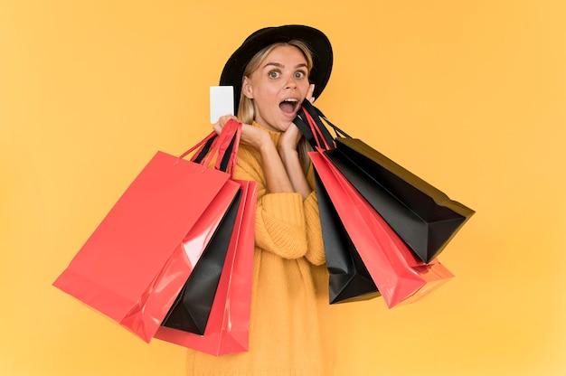 Czarny piątek koncepcja sprzedaży kobieta z czerwonymi i czarnymi torbami