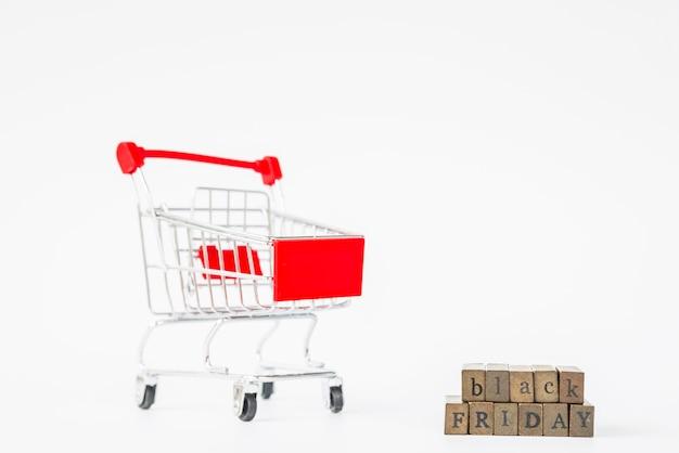 Czarny piątek napis w pobliżu wózka na zakupy