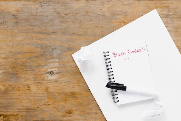 Czarny piątek napisany na notatnik z kopiowaniem miejsca