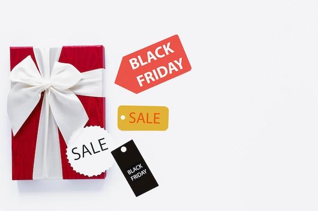 Czarny piątek prezent z metkami sprzedaży