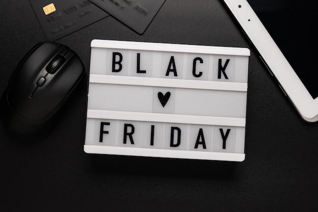 Czarny piątek sprzedaż słowo na lightbox na czarno