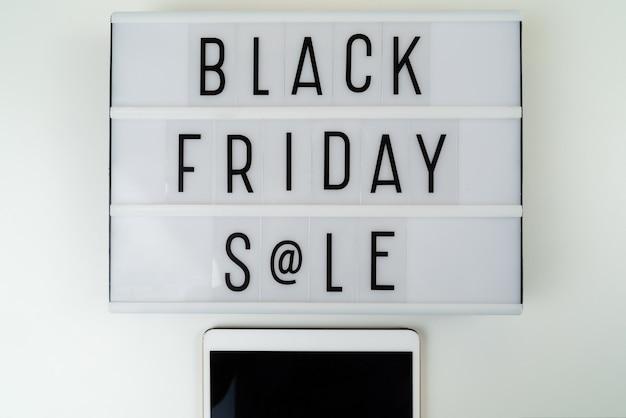 Czarny piątek sprzedaż tekst napisany na light box