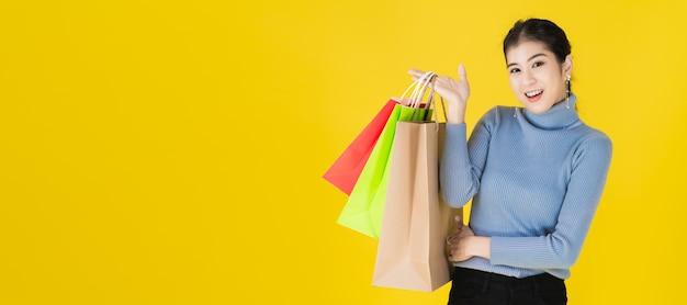 Czarny piątek sprzedaży baner reklamowy portret azjatyckich szczęśliwych kobiet posiadających kolorowe torby na zakupy w szczęśliwym geście