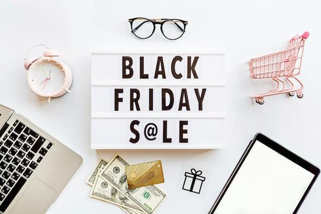 Czarny piątek sprzedaży mieszkanie kłaść na białym tle