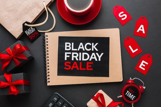 Czarny piątek sprzedaży notatnik na czarnym tle