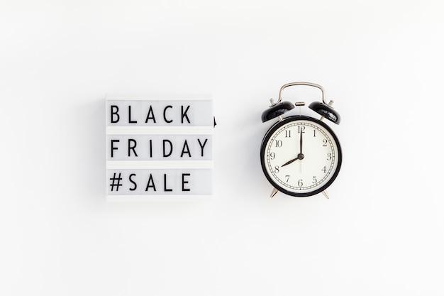 Czarny piątek sprzedaży tekst na białym lightbox
