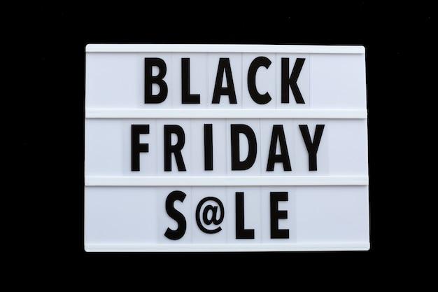 Czarny piątek sprzedaży tekst na lightbox na czarnym tle