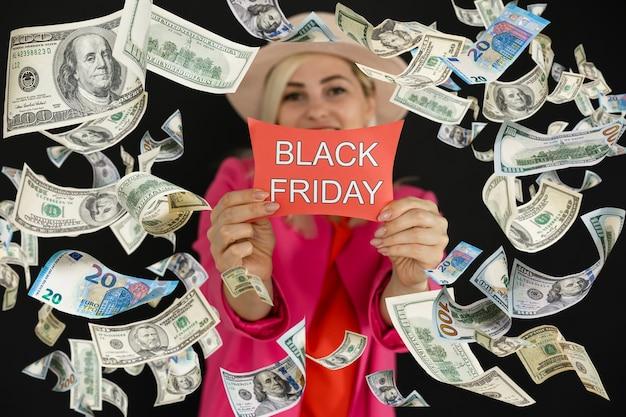 Czarny piątek super wyprzedaż kobieta zakupów