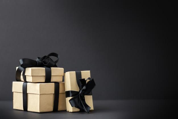 Czarny piątek tło z pudełkami prezentowymi na czarnej powierzchni